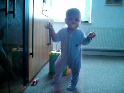 Mein Baby lernt laufen