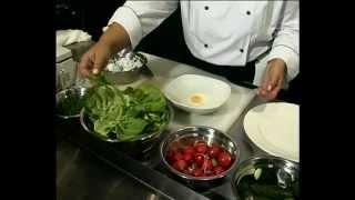 Салат из огурца и редиса с яйцом-пашот