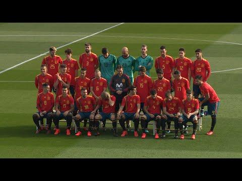 La selección española posa con la polémica camiseta