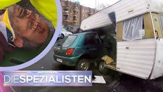 Fahrer zwischen Autos eingeklemmt: Autounfall mit Wohnwagen | Die Spezialisten | SAT.1
