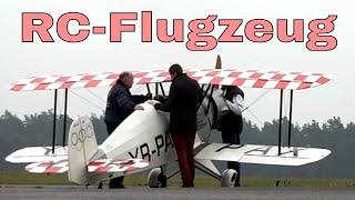 RC Flugzeug - Riesen RC Modellflugzeug auf dem Flugplatz