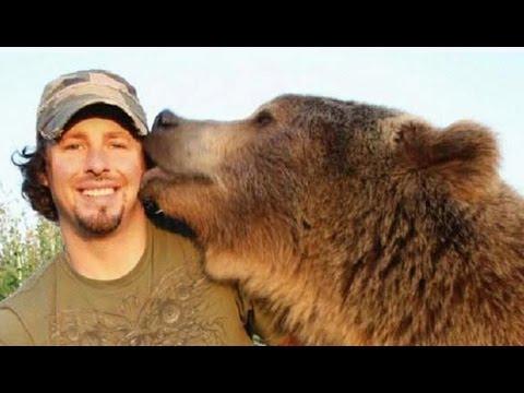 Un homme meilleur ami d'un ours grizzly - ZAPPING SAUVAGE