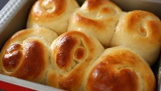 Bread rolls or dinner rolls (Roll-ppang: 롤빵)