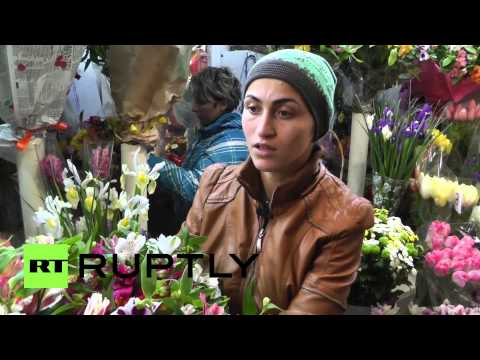 Ukraine: Simferopol stocks up on flowers, not guns