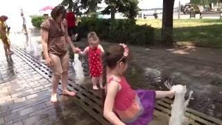 Купаемся в фонтане   To bathe in the fountain  湯泉   Wir Baden in den Brunnen