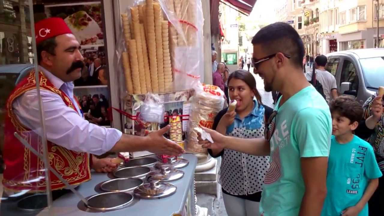 Ice Cream Man in Istanbul Attracts Crowds With Tricks ... Фильм Продавец