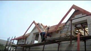 видео Полувальмовая крыша с двухскатной стропильной системой