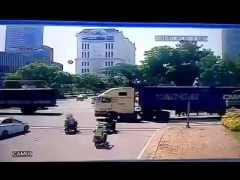 Otosaigon - Container mất lái tông xe máy dừng đèn đỏ ở Phú Mỹ Hưng