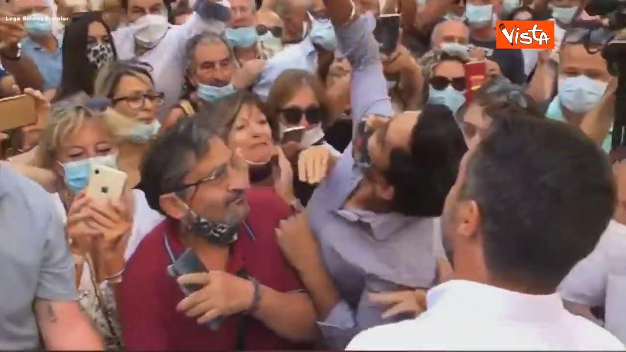 Bagno di folla senza distanze per Salvini a Empoli