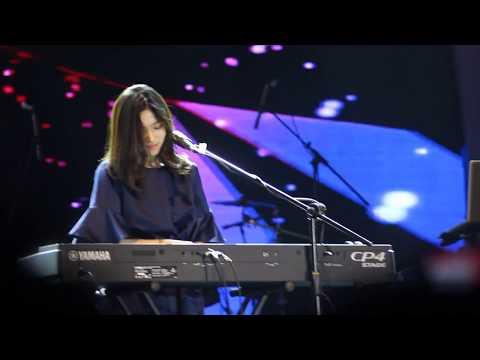 Skill isyana saravasti memainkan piano bikin takjub penonton