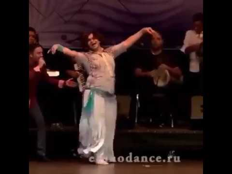 رجل يرقص احسن من 100 رقاصة 😁😁😁 مش قاتلنى غير ريأكشنات وشه وشعره thumbnail