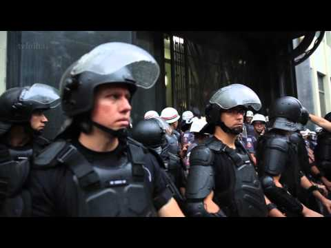 SP tem protesto mais calmo, mas 'black blocs' depredam metrô no final