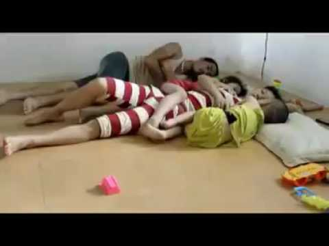 Video lucu bapak tidak bisa tidur karena anak anaknya di samping ibunya