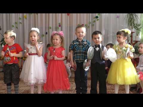 Утренник 8 марта в детском саду. Средняя группа. Дети 4 - 5 лет поют песни о маме и бабушке.