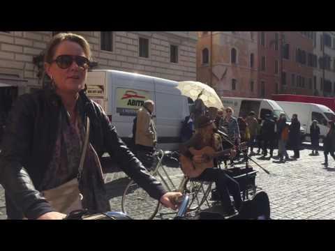 Street artist in Roma (Pantheon)