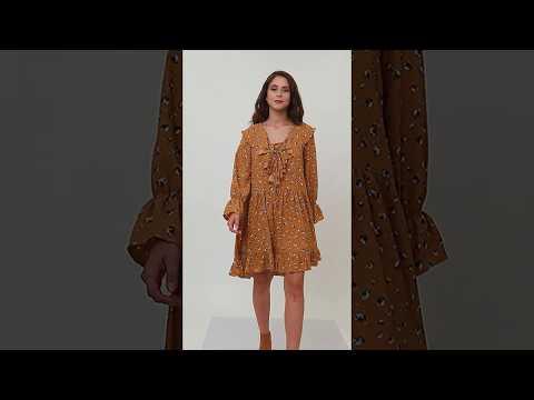 Video: Modna sukienka mini w kwiaty z żabotem