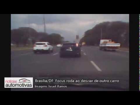 Motorista de Focus acaba rodando ao desviar de outro carro em Brasília/DF