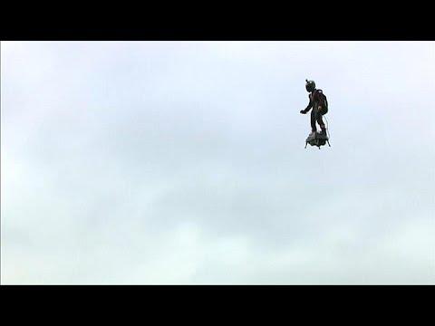 شاهد: -الجندي الطائر- يوثق لحظات تحليقه خلال الاستعراض العسكري بباريس…