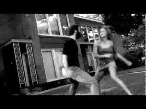 Девушка борится с парнем