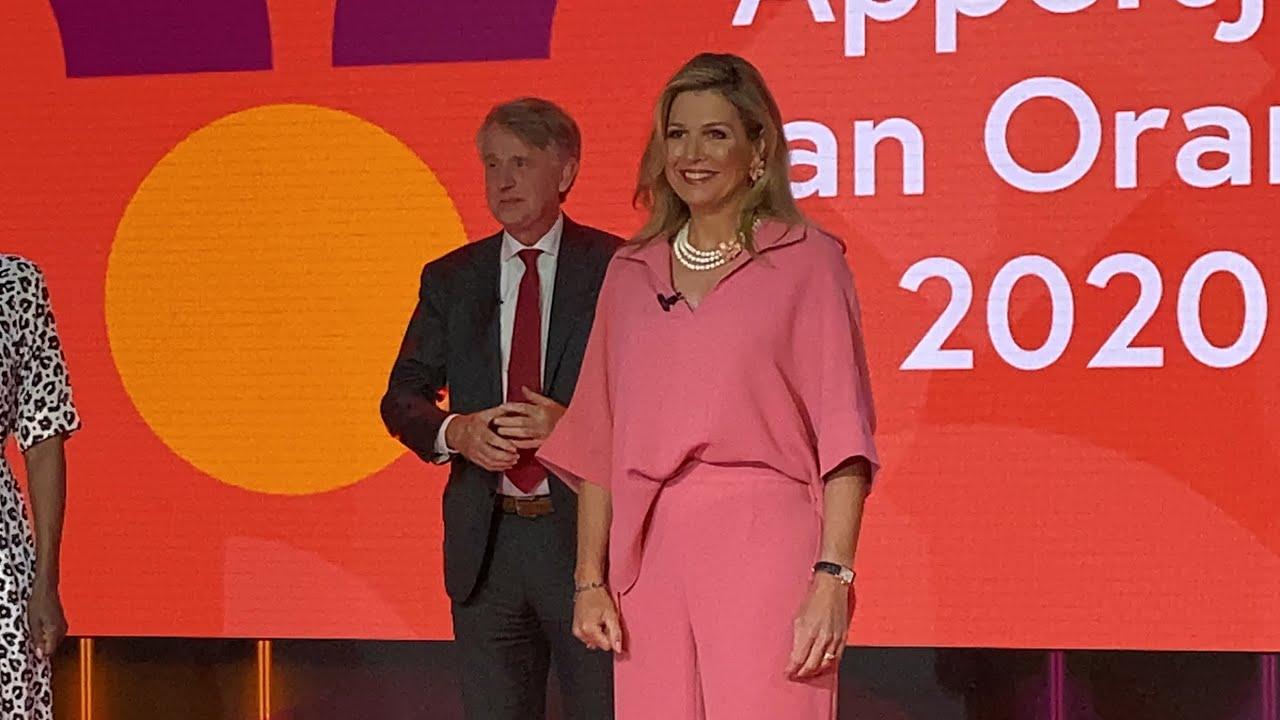 Koningin Máxima reikt in tv-studio Appeltjes van Oranje uit