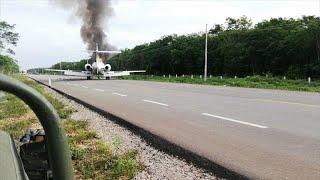 شاهد: هبوط طائرة يشتبه في أنها محملة بالمخدرات على طريق سريع بالمكسيك…