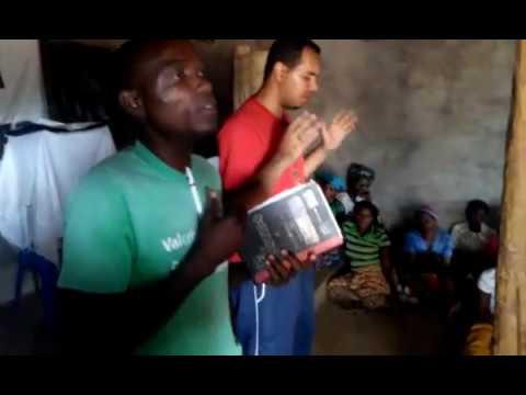 Irmãos louvando o Salmo 121 na Aldeia de Doa (Moçambique)