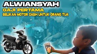 Download lagu KERENN...Alwiansyah Belikan orang tuanya Motor CASH Dengan Uang Gaji Pertamanya