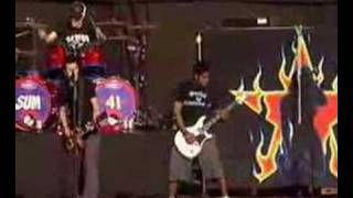 """Sum 41 performing """"Summer"""" live @ the reading festival 2002."""