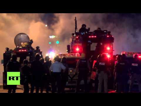 USA: Police fire smoke canisters as Ferguson protesters defy curfew