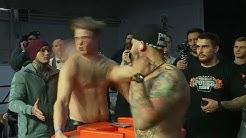 Russland: Starke Männer schlagen einander mit Wucht ins Gesicht