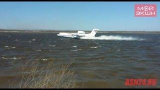 БЕ-200 набирає воду в річці Зея в районі Володимирівки
