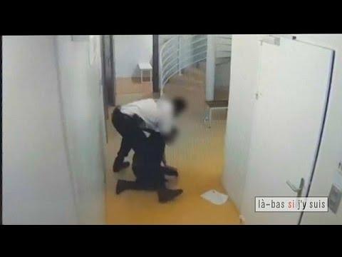 شاهد: فيديو مسرب لشرطي فرنسي ينهال بالضرب على سجين  - نشر قبل 4 ساعة