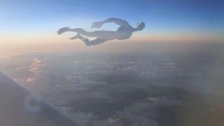 """Nữ tiếp viên quay được cận cảnh """"người ngoài hành tinh"""" bay trên bầu trời"""
