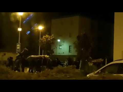 Una multitud de personas portan lanchas tras un alijo en la Atunara