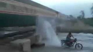 How you wash a train in pakistan