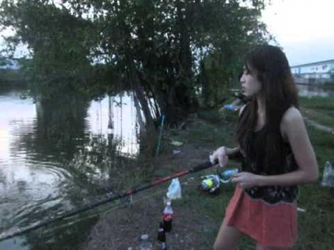 สาวสวยเย่อกับปลา