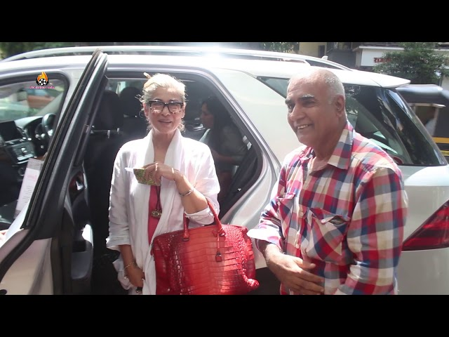DIMPLE KAPADIA SPOTTED AT VANDANA CLOTHES STORE KHAR