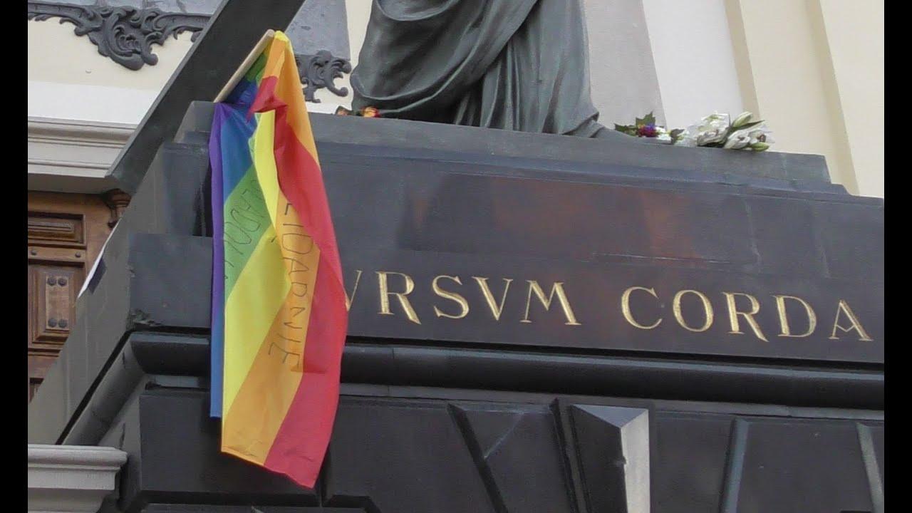 Tęczowa flaga na figurze Jezusa Sursum Corda. Solidarni z prześladowanymi