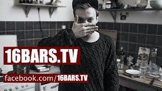 Karate Andi zeigt seine Wohnung (16BARS.TV)