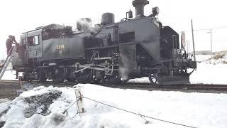 JR しべちゃ駅で消火栓から給水する SL 冬の湿原号  Japanese Steam Locomotiv charge water