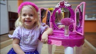 Anabella a cumparat o oglinda noua | Se machiaza si se piaptana |Jucarii pentru fetite