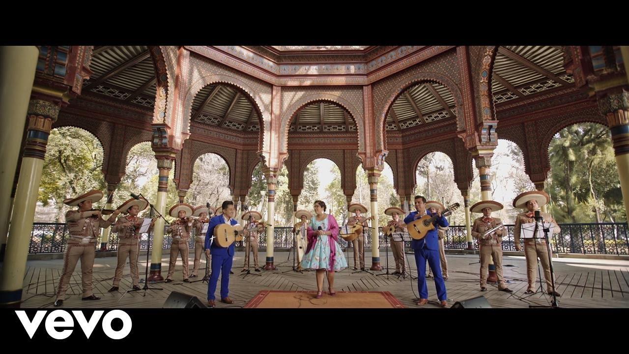 """Las nubes no nos abandonarán hasta la próxima noche. El sol compartirá cielo con las nubes de paseo. Pueden producirse nieblas en las montañas, tal y como ya pasó ayer. Hoy nos vamos de viaje a México de la mano de La Santa Cecilia, una banda mexicoamericana basada en Los Ángeles, California, quiénes interpretan una mezcla de muchas formas de música, incluyendo cumbia, bossa nova, y boleros. El nombre La Santa Cecilia está basado en la patrona católica de los músicos, Santa Cecilia. Nos cantan """"como Dios manda"""" y habla del sol que tendremos hoy y de las nubes entre otros agentes atmosféricos como el frío y el hielo que por ahora no vienen al caso con estas calores que padecemos en pleno invierno. ¡Disfrutarlo!"""