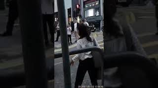 香港街头,一位白领美女正在清理被损毁的街道