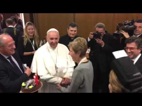 Luis Alberto Moreno puso a cantar al Papa Francisco