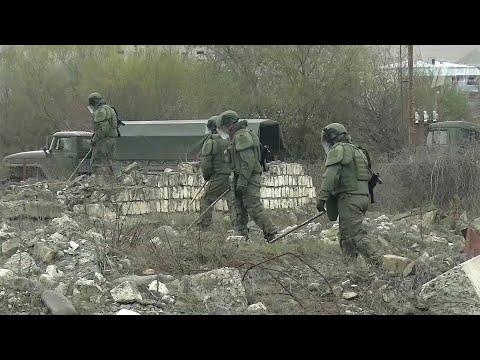 Российские саперы в Нагорном Карабахе ведут разминирование недалеко от аэропорта Степанакерта.