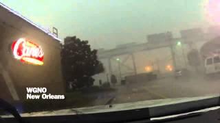 Ураганный ветер опрокинул поезд на автодорогу в США