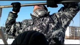 видео Мальчик лизнул железо на морозе