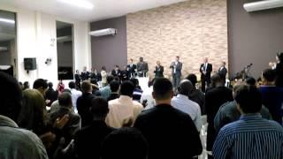 Haitianos no Brasil cantando em crioulo em igreja evangélica