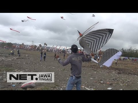Festival Layang-Layang Hiasi Langit Kawasan Pantai Teluk Penyu - NET JATENG