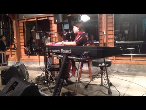 Joga (Bjørk cover) by Courtney Swain - Live in Fukuoka